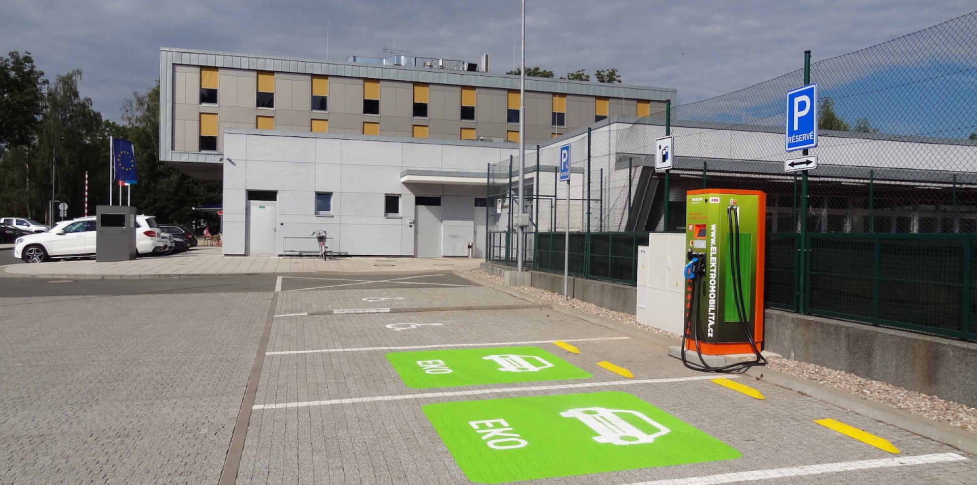 WE FAVOUR ELECTROMOBILES|Fast-charging station in the hotel areal